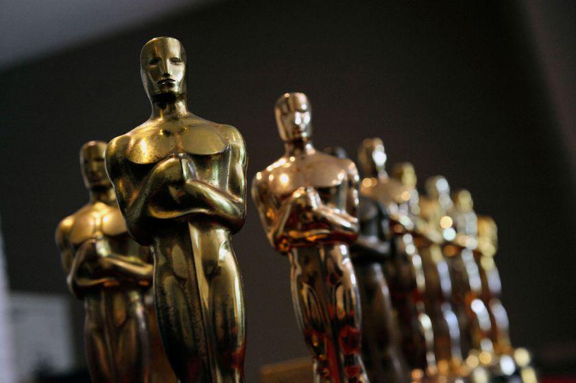 9 goldene Oscartstatuetten aus einer schrägen Perspektive