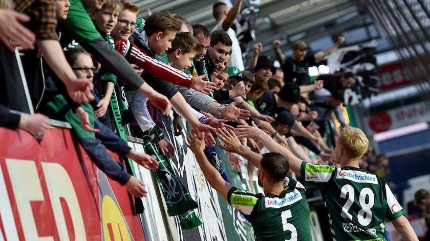 Die Rieder Mannschaft beim Abklatschen mit den Fans nach dem 1:0 Sieg gegen die Admira.